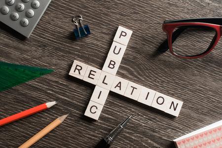 PR concept gespeld door spel elementen en kantoor stationair