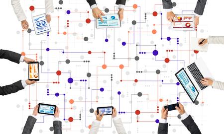 Groupe de personnes avec des périphériques dans les mains travaillant ensemble comme symbole de mise en réseau et de communication Banque d'images - 81924679