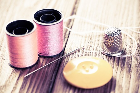 kit de costura: Bright image of sewing kit accessories on wooden table