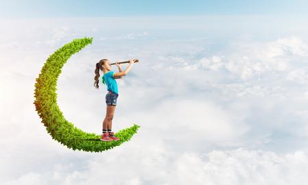 망원경에서 찾고 하루 하늘에서 녹색 달에 귀여운 아이 소녀