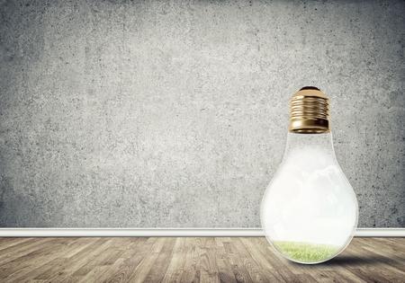 コンクリートの空部屋でガラスの電球。環境コンセプト
