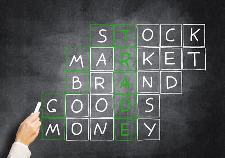 Zakelijk concept met kruiswoordraadsel getekend met krijt op bord Stockfoto