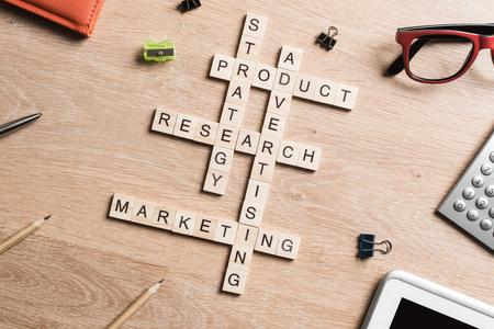 비즈니스 마케팅의 단어는 나무 큐브 크로스 워드 퍼즐에서 수집