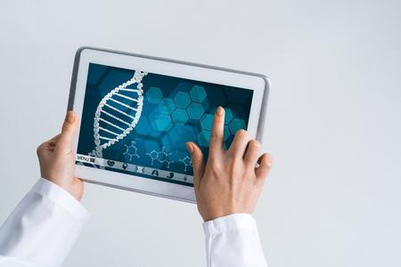 Dispositivo di tablet pc con schermo di interfaccia medica nelle mani del medico Archivio Fotografico - 83386234
