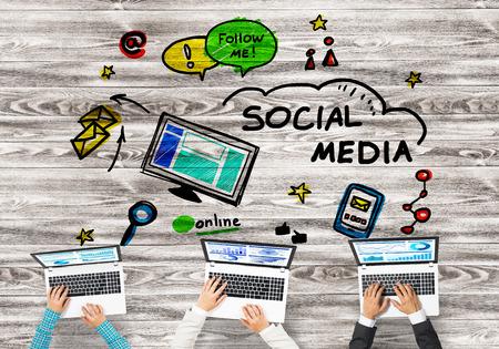 comunicación escrita: Grupo de tres personas con dispositivos de manos trabajando juntos como símbolo de redes y comunicación Foto de archivo