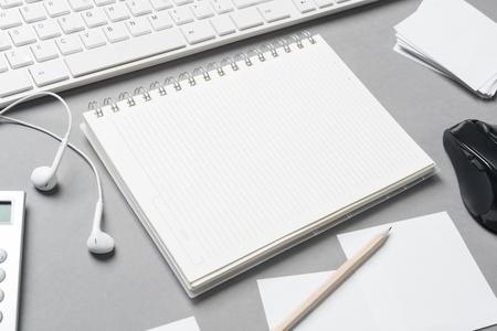ビジネス静物灰色の表面上の office オブジェクトの概念