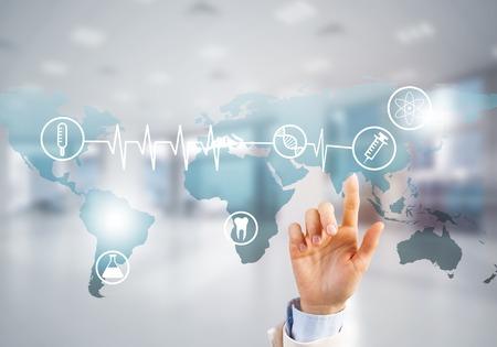 Hand van de vrouw aan te raken pictogram van het mediascherm met medicijnconcept