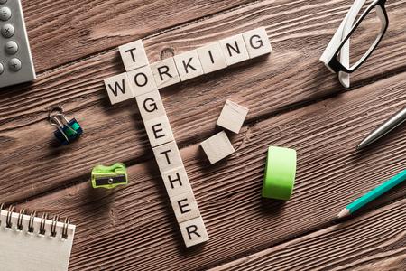 Woorden van bedrijfsmarketing verzameld in kruiswoordraadsel met houten kubussen Stockfoto