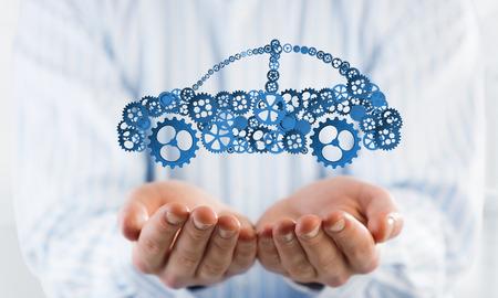 Man presenteren in palmen concept van auto transporation of verzekering