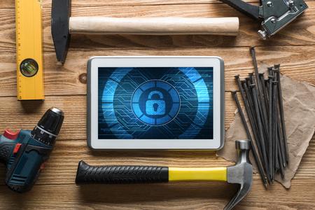 Tabletpc met veiligheidsconcept op rond scherm en industriële hulpmiddelen