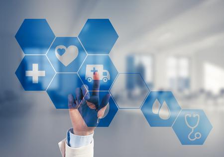 Mano di donna che tocca icona dello schermo virtuale con il concetto di medicina