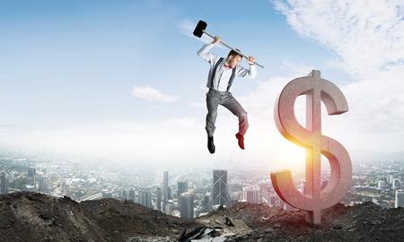 Springende zakenman die groot dollarsymbool met stadsmening en zonlicht op achtergrond verplettert. 3D-rendering. Stockfoto - 84809471