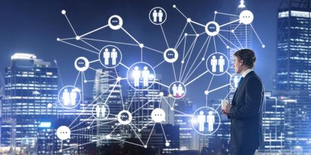 Homme d'affaires réfléchi contre le paysage urbain de nuit travaillant avec le concept de connexion sociale