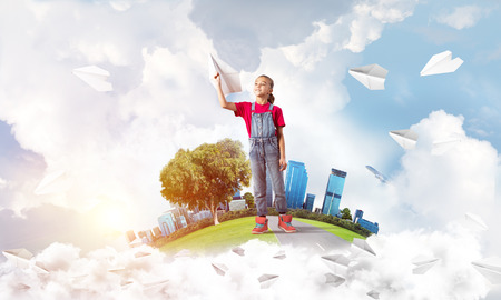 Cute kid girl on city floating island throwing paper plane Imagens - 86143778
