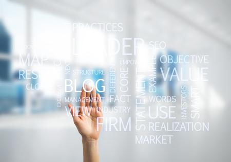Close-up van zakenvrouw hand aanraken scherm met business conceptuele woorden Stockfoto