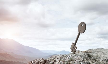 緑の丘のアクセスのシンボルとしてキーの石図 写真素材