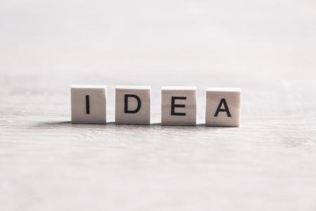 단어 아이디어를 맞춤법 나무 테이블에 편지와 나무 요소