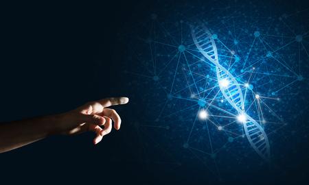 Fechamento da mão do homem que apresenta a pesquisa da molécula de DNA como conceito. Meios mistos