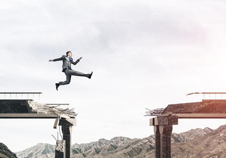 도전 극복의 상징으로 콘크리트 다리에서 거 대 한 격차를 통해 점프 사업가. 배경에 skyscape 및 자연보기입니다. 3D 렌더링입니다. 스톡 콘텐츠