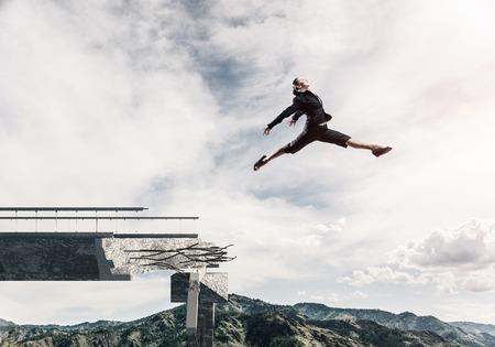 Bedrijfsvrouw die over reusachtig hiaat in concrete brug springen als symbool van het overwinnen van uitdagingen. Skyscape en aardmening over achtergrond. 3D-rendering.