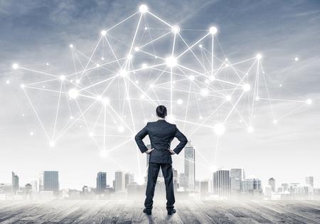 後ろで立っていると描画のネットワーク構想を見ての実業家