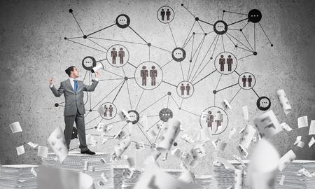 背景に社会ネットワーク構造を持つ論文を飛行の間に立って手でスピーカーと実業家。ミクスト メディア。