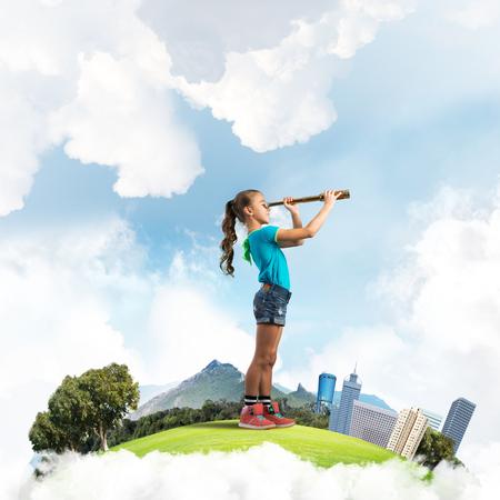 귀여운 아이 소녀 도시 부동 섬 찾고 망원경에 스톡 콘텐츠