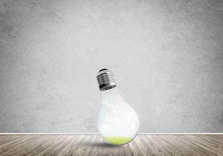 コンクリートの空の部屋のガラス電球。エココンセプト 写真素材