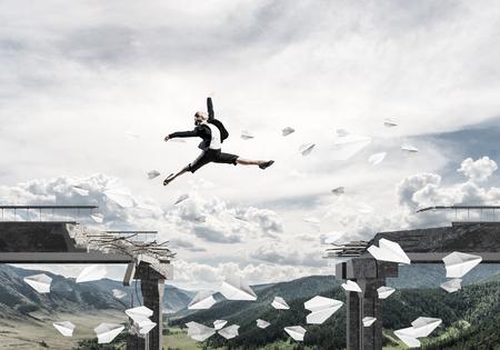 문제를 극복의 상징으로 종이 비행기 비행 가운데 다리에서 격차를 통해 점프 비즈니스 여자. 배경에 skyscape 및 자연보기입니다. 3D 렌더링입니다.