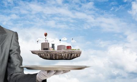 Het bebouwde beeld van serveersters dient witte handschoen in die moderne stadsblok op metaaldienblad voorstellen met blauwe bewolkte skyscape op achtergrond. 3D-rendering.