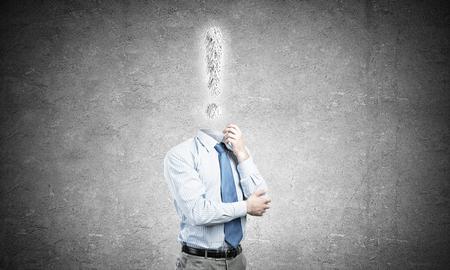 Gesichtsloser Geschäftsmann mit Ausrufezeichen anstelle des Kopfes Standard-Bild - 90265750