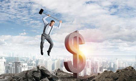 Springende zakenman die groot dollarsymbool met stadsmening en zonlicht op achtergrond verplettert. 3D-rendering.
