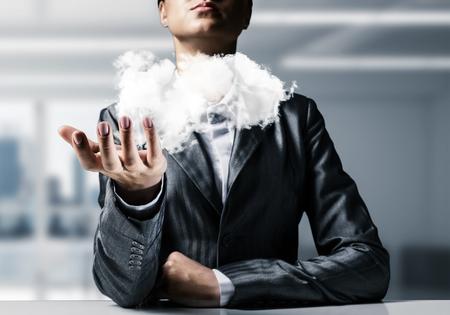 ビジネス ・ ウーマンのクローズ アップに合わせて事務所観の背景と彼女の手のひらで提示の白い雲。 写真素材