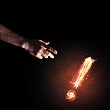 손에 도달 하 고 빛나는 느낌표를 화재