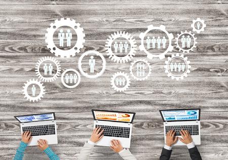 Groupe de trois personnes avec des appareils en mains travaillant ensemble comme symbole de la mise en réseau et de la communication Banque d'images - 92206117