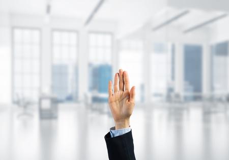 Close-up van zakenvrouw hand aanraking scherm met palm en kantoor op achtergrond