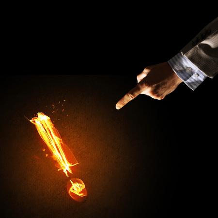 Main d'homme d'affaire et feu, point d'exclamation brillant Banque d'images - 92818642