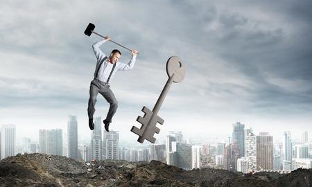 Springende zakenman die groot zeer belangrijk symbool met stadsmening verpletteren op achtergrond. 3D-rendering. Stockfoto