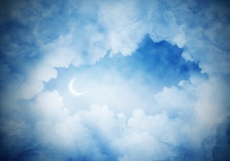 밤에 새로운 달 어두운 흐린 skyscape의 파노라마 전망. 벽지 또는 배경으로 copyspace.