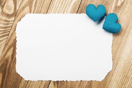 木製のテーブルの上に愛の心と白紙のシート