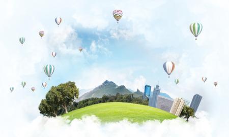 Modernes Stadtbild mit Gebäuden und Wolkenkratzern , die auf Wolken im Himmel schwimmen Standard-Bild