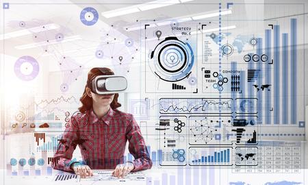 Technologies modernes pour l'éducation au moyen d'une jeune étudiante en chemise à carreaux utilisant des lunettes de réalité virtuelle et interagissant avec l'interface des médias numériques.
