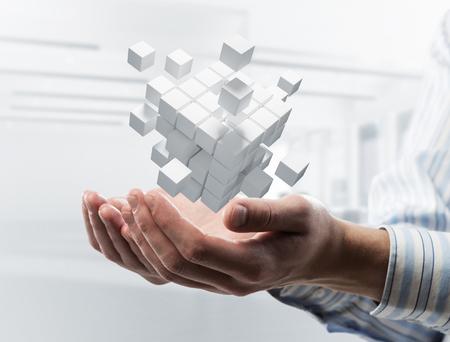 Sluit van het cijfer van de de holdingskubus van de zakenmanhand als symbool van innovatie. 3D-weergave Stockfoto