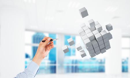 Cerca de la mano del empresario tocando con la figura del cubo de la pluma. Técnica mixta