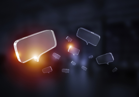 Glanzende glazen tekstballon op donkere achtergrond. Gemengde media