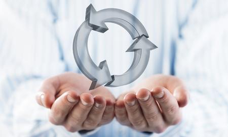 Cerca del empresario sosteniendo en la palma de la mano recarga el icono de vidrio. Técnica mixta
