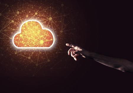 Mano de hombre sosteniendo el concepto de computación en la nube en la palma Foto de archivo