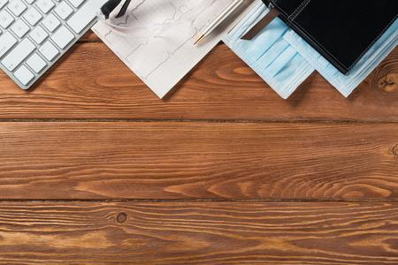 Tiro de alto ángulo de artículos médicos en mesa de madera