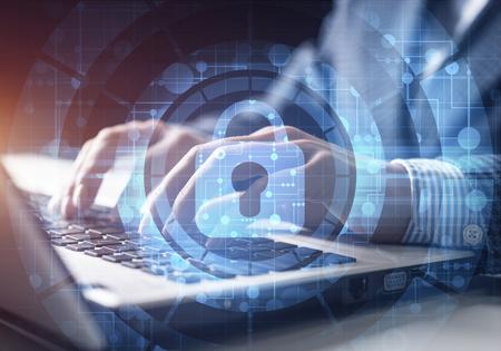 Sicurezza informatica digitale e concetto di protezione della rete. Meccanismo di blocco virtuale per accedere alle risorse condivise. Schermo di controllo virtuale interattivo con lucchetto. Uomo d'affari che lavora al computer portatile sullo sfondo