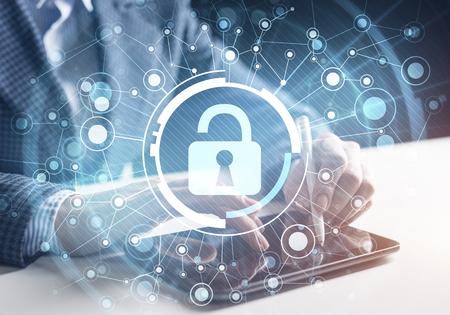 Cybersicherheit und Datenschutz. Virtuelles Vorhängeschlosselement. Doppelbelichtungskonzept mit Geschäftsmann, der am Tablet arbeitet. Schützen Sie persönliche Daten und Privatsphäre vor Cyberangriffen und Hackern